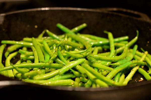 Garlic green beans in skillet | hollywood housewife